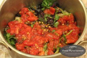 Шаг 10. Выложить половину помидоров