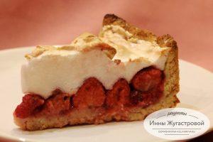 Пирог из свежей клубники с меренгой