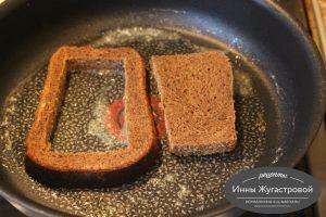 Шаг 2. Обжарить хлеб