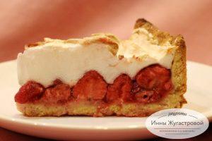 Пирог со свежей клубникой и меренгой