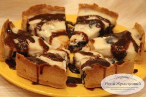 Открытый пирог с черносливом, шоколадом и сметанной заливкой