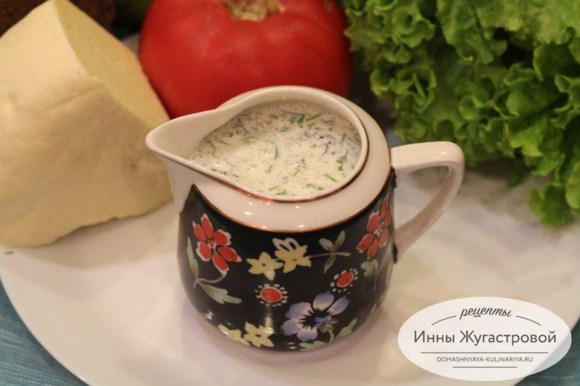 Острый кисломолочный чесночный соус со специями и зеленью. Цахтон