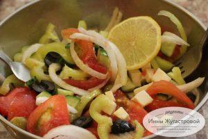 Шаг 7. Заправить оливковым маслом с лимонным соком