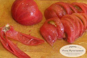 Шаг 2. Нарезать помидоры