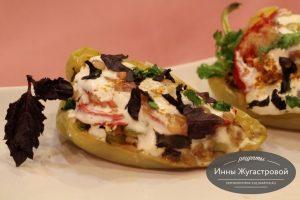 Перец, фаршированный овощами и сыром
