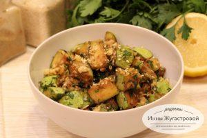 Теплый салат из кабачков с орехами и кунжутом
