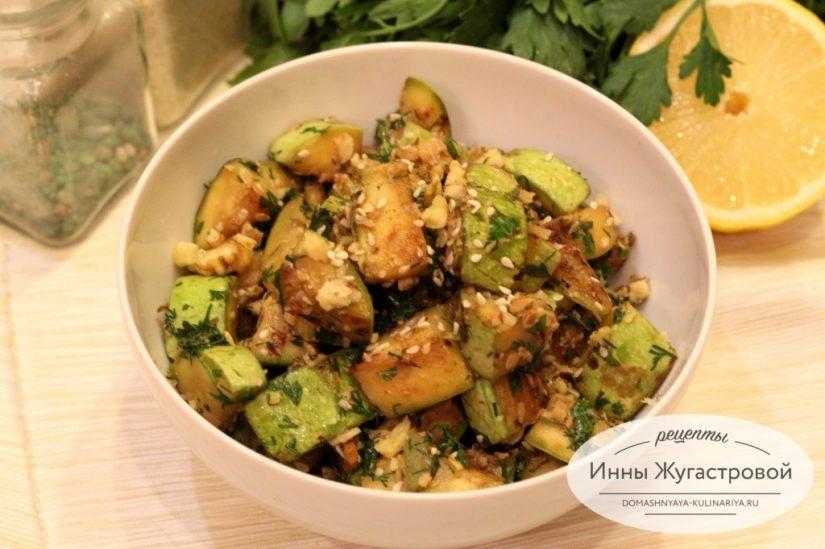 Теплый веганский салат из обжаренных кабачков с орехами и кунжутом