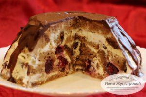 Торт на медовик со сметанным кремом и вишней