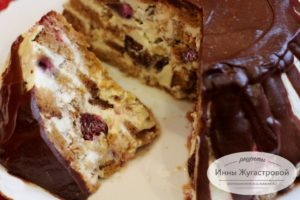 Торт медовик со сметанным кремом, вишней и шоколадной глазурью