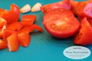 Шаг 7. Нарезать перец и помидоры