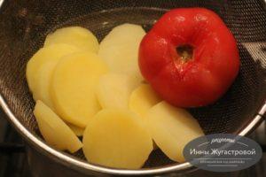 Шаг 2. Отварить картофель, очистить помидор