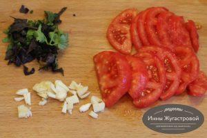 Шаг 3. Нарезать зелень, чеснок и помидор