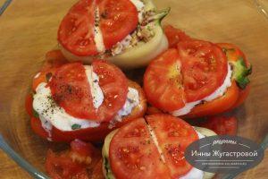 Шаг 6. Выложить сметану, помидоры, поперчить