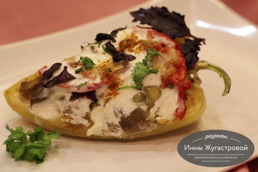 Перец, фаршированный овощами и двумя видами сыра