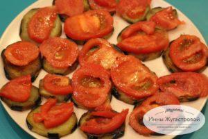 Шаг 5. Выложить баклажаны и помидоры