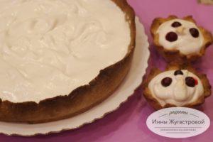 Пирог с клюквой и меренгой