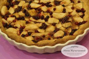 Открытый песочный пирог с яблоками и клюквой в карамельной заливке