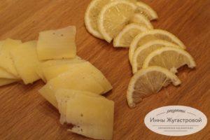 Шаг 1. Нарезать сыр и лимон