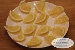 Шаг 3. Выложить лимон
