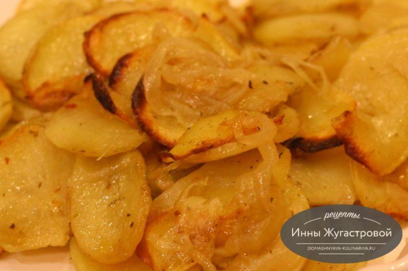 Картошка, запеченная со специями на луковой подушке в духовке