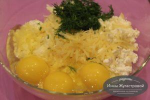Шаг 3. Добавить яйца и зелень
