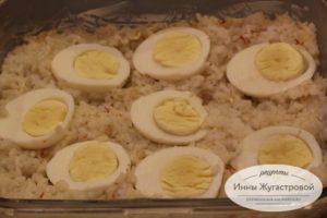 Шаг 3. Выложить рис, яйца