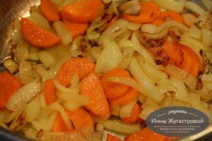 Шаг 3. Пожарить лук с морковью