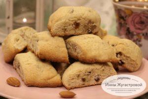 Пряное рассыпчатое печенье с орехами и изюмом