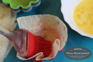 Шаг 3. Смазать яйцом