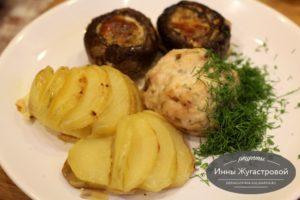 Куриные биточки, фаршированные шампиньоны и картофель в дховке