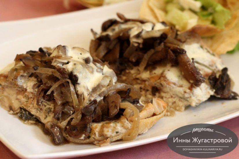 Горбуша, запеченная с грибами в духовке под сметанным соусом