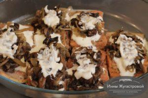 Шаг 10. Выложить грибы и соус