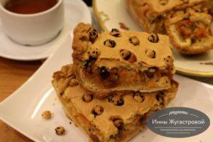 Песочный пирог с квашеной капустой, изюмом и финиками