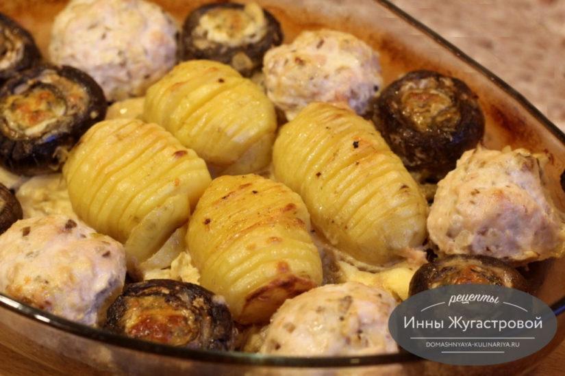 Куриные биточки в духовке с картофелем и шляпками шампиньонов
