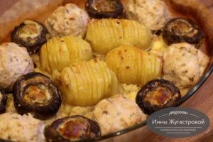 Куриные биточки, шампиньоны и картофель в духовке