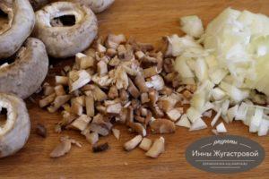 Шаг 3. Нарезать лук и грибы