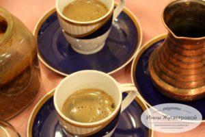 Разлить по чашечкам кофе
