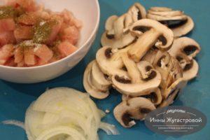Шаг 1. Подготовить курицу, лук и грибы