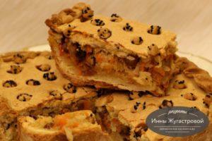 Пирог с кисло-сладкой начинкой из квашеной капусты, изюма и фиников