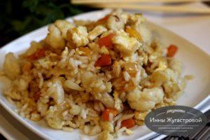 Жареный рис с овощами и яйцами по-китайски
