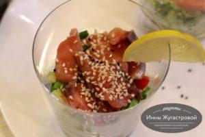 Салат из семги и овощей, заправленный кунжутным маслом