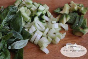 Нарезать авокадо и овощи