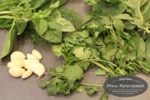 Пряная зелень и чеснок для мусахи
