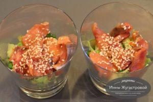 Салат из малосольной семги с овощами, кнжутом и кунжутным маслом