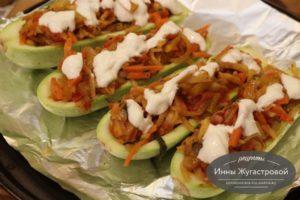 Фаршированные овощами лодочки из кабачков