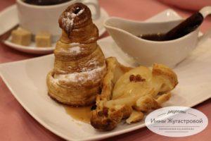 Десерт груша, запеченная в слоеном тесте