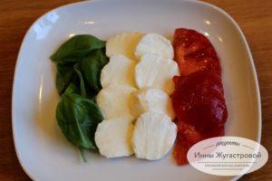 Итальянский флаг из базилика, моцареллы и томатов