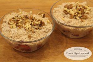 Посыпать грецкими орехами