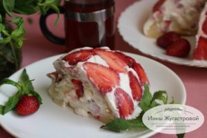 Торт со свежей клубникой и взбитыми сливками
