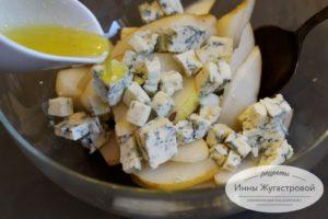Десертный салат из груши, рукколы и сыра дорблю